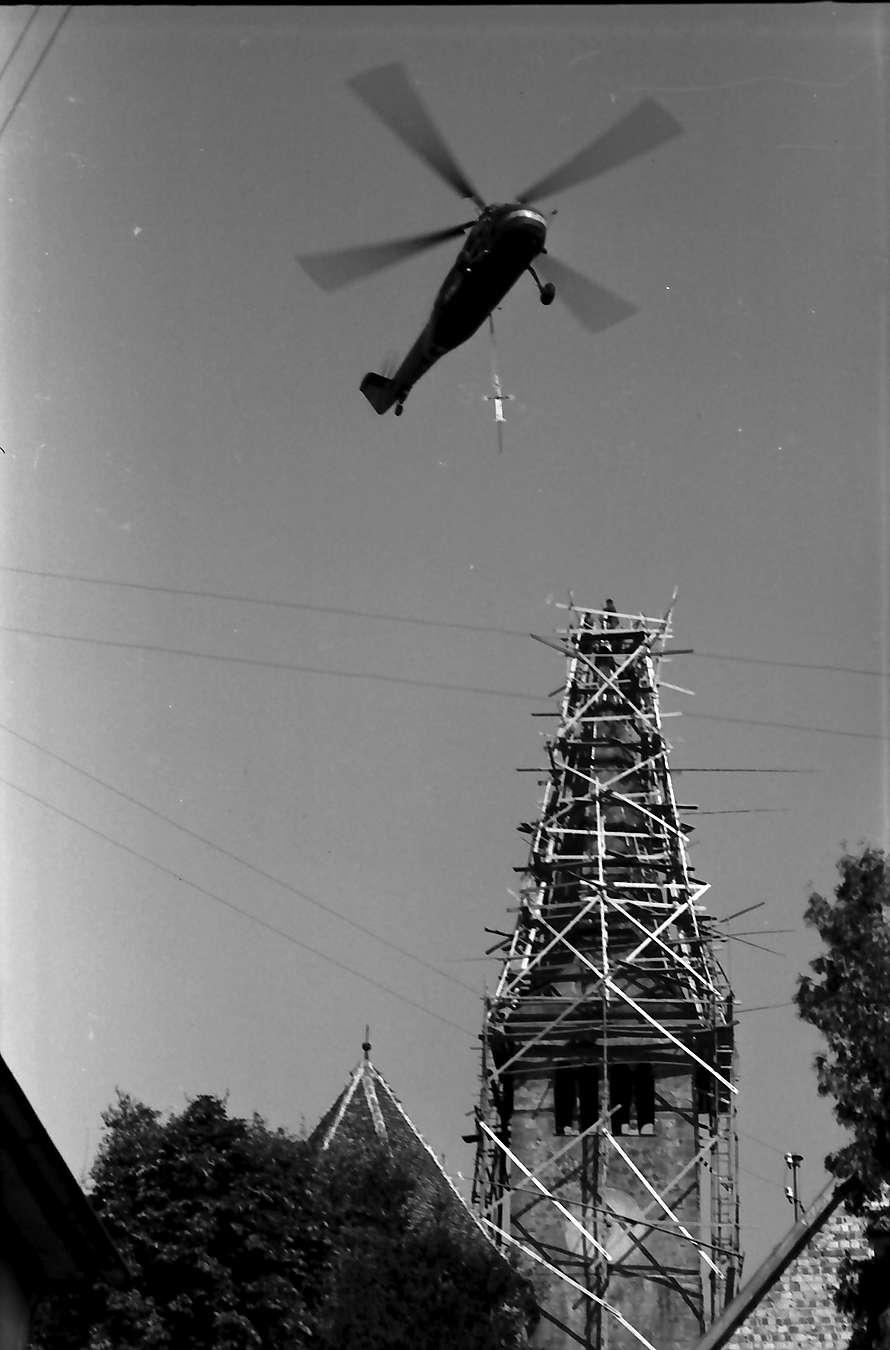 Bahlingen: Hubschrauber setzt Kreuz auf Kirchturm, Bild 1