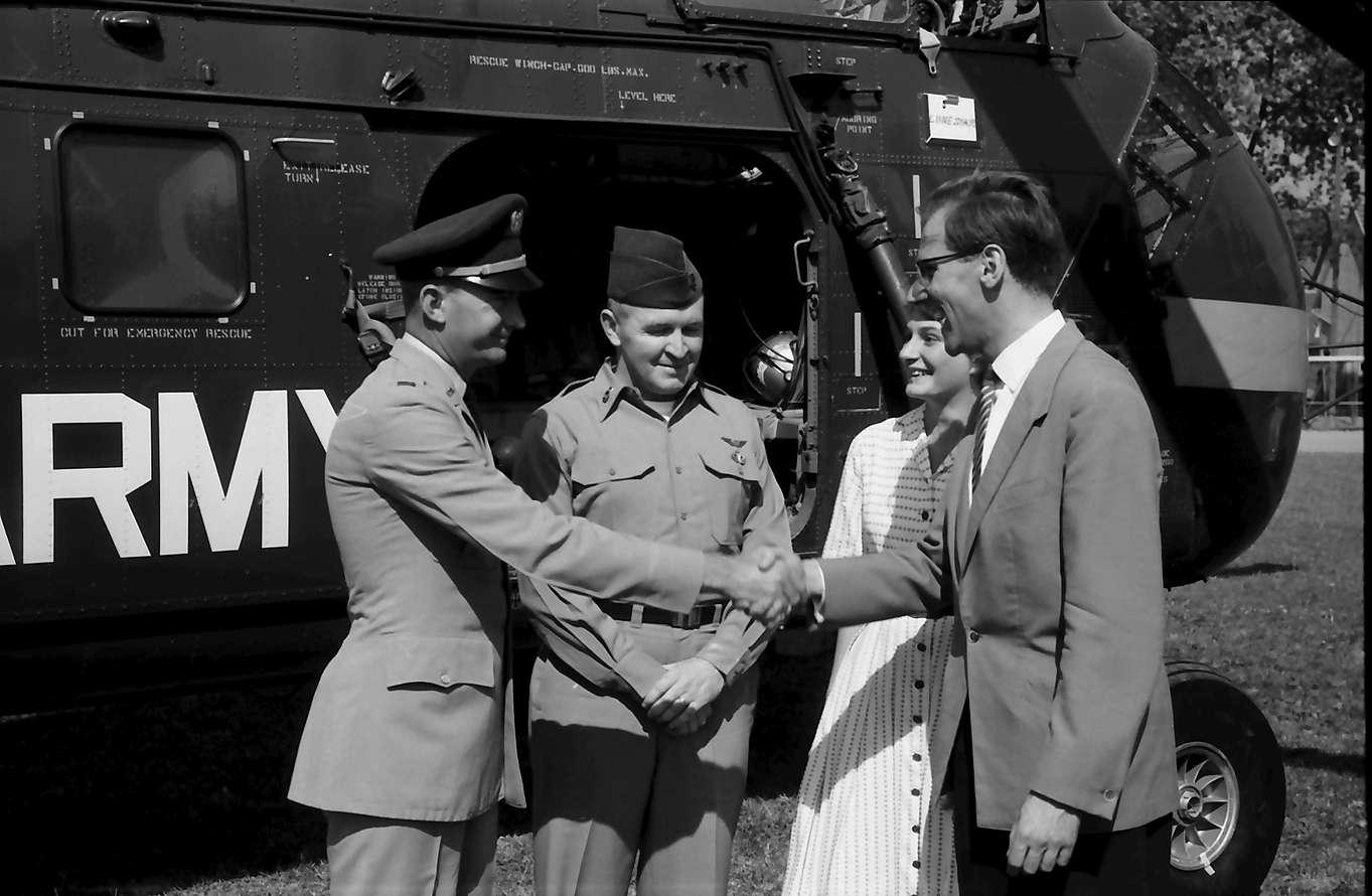 Bahlingen: Pfarrer von Bahlingen dankt Commander Rogers und Pilot John Williams, Bild 1