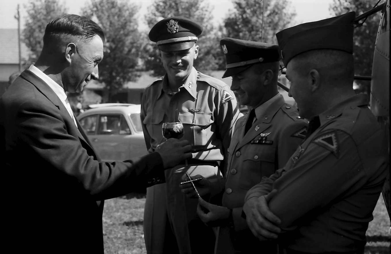 Bahlingen: Bürgermeister von Bahlingen dankt Commander Rogers und Pilot John Williams, Bild 1