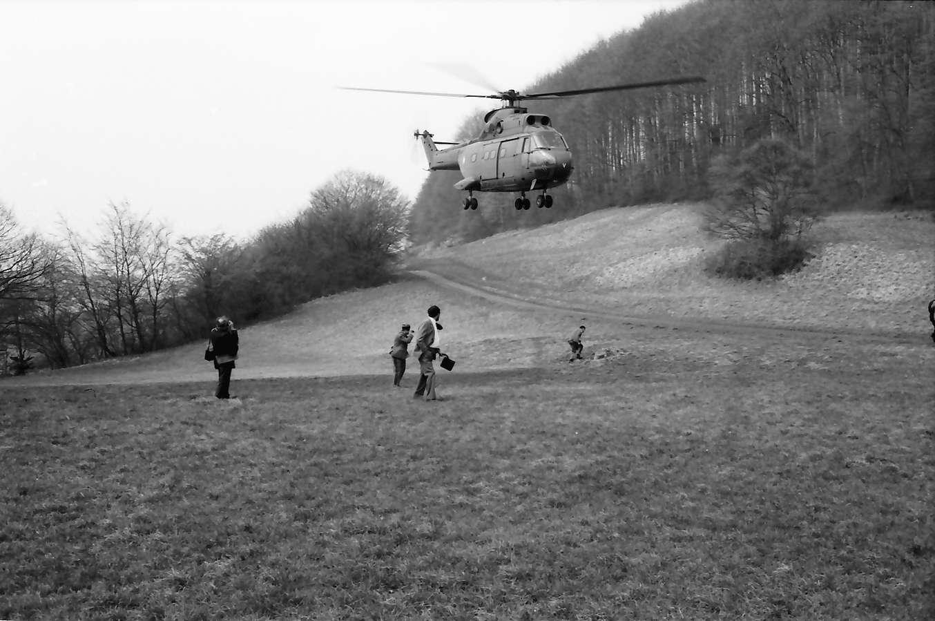 Freiburg [Ebringen]: Hubschrauber landet auf Wiese am Schönberg, Bild 1