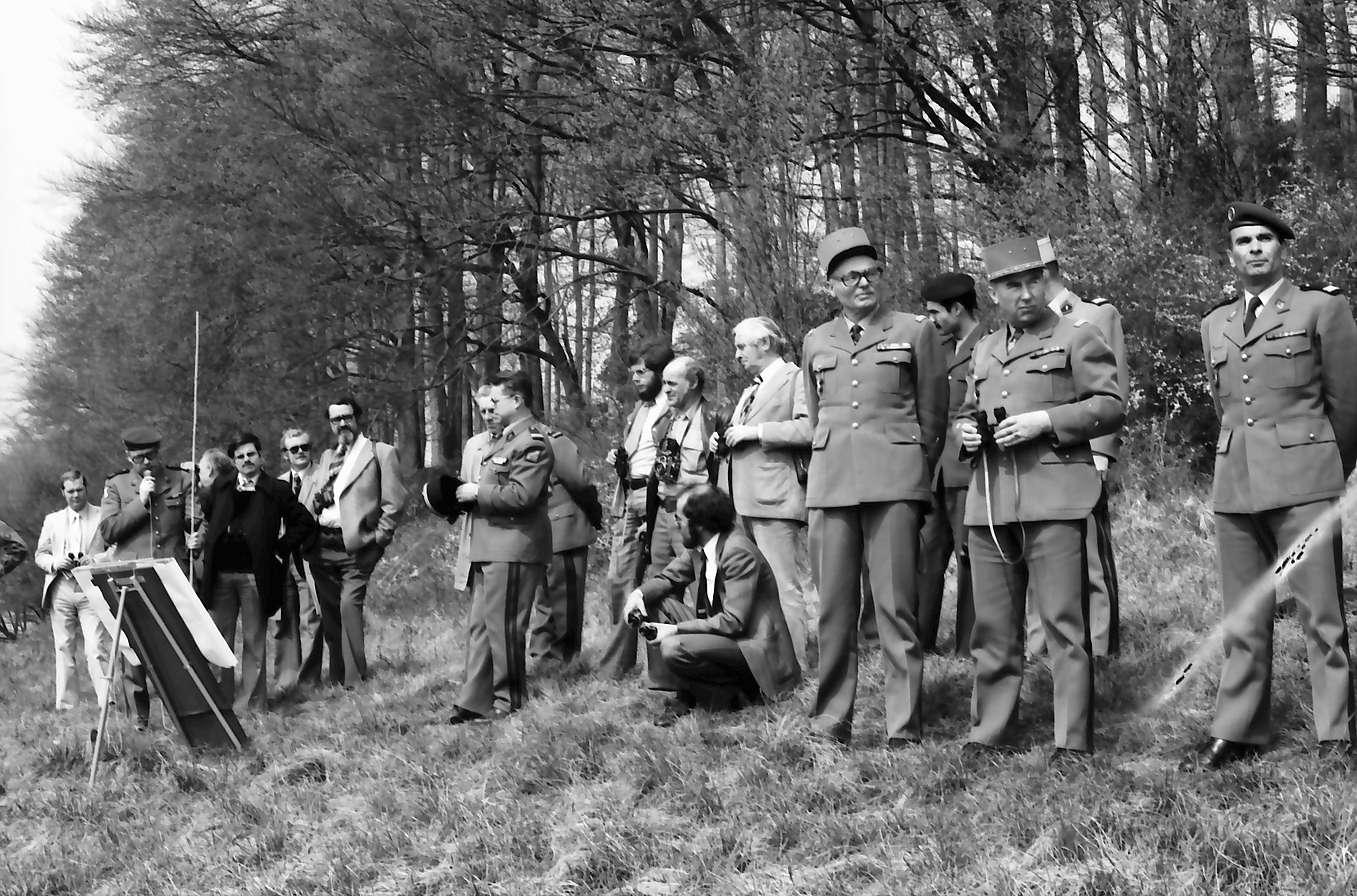 Ebringen: Schönberg; Journalisten und französische Offiziere bei Manöver mit General Fuhr, Bild 1