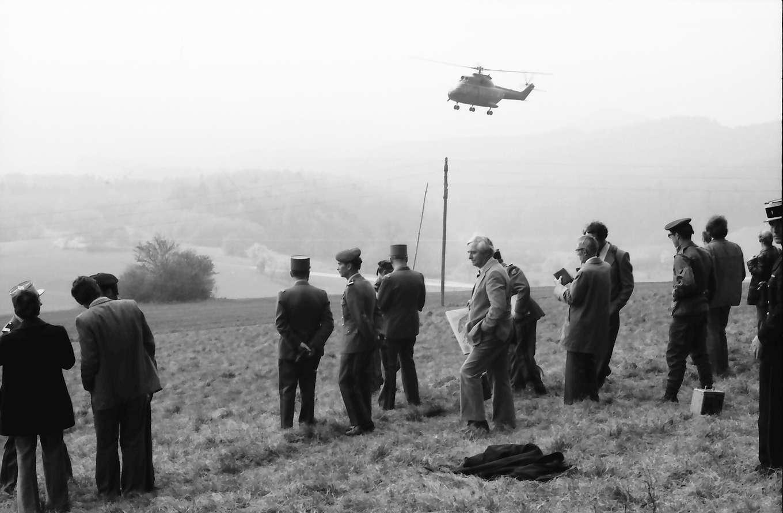Ebringen: Schönberg; Journalisten und französische Offiziere bei Manöver mit General Fuhr, von hinten mit Hubschrauber, Bild 1