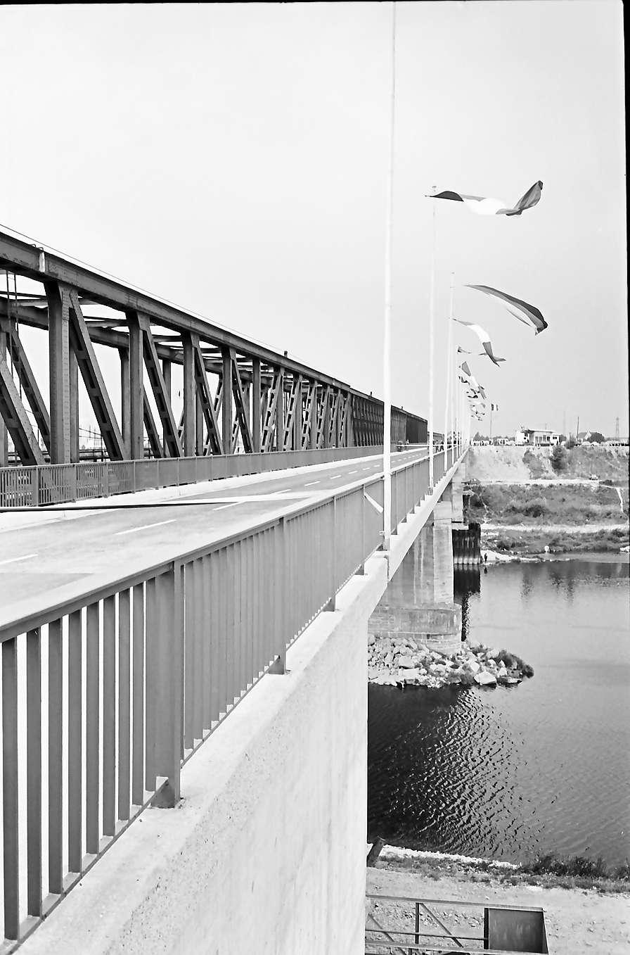 Neuenburg-Chalampé: Einweihung der Brücke Neuenburg-Chalampé; neue Straßenbrücke Neuenburg-Chalampé, seitlich mit Altem Rhein, Bild 1