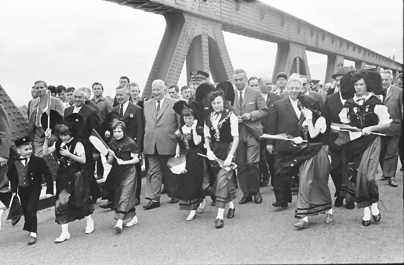 Neuenburg-Chalampé: Einweihung der Brücke Neuenburg-Chalampé; Trachtengruppe vor den Ehrengästen beim Gang über die Brücke, Bild 1