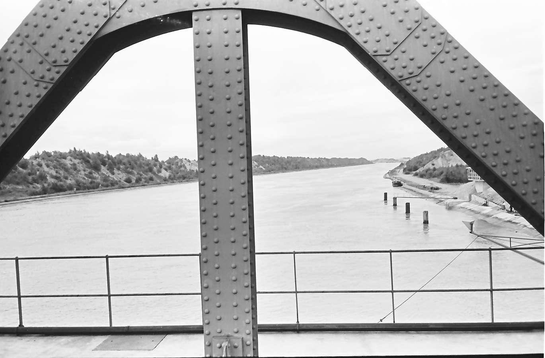 Neuenburg-Chalampé: Einweihung der Brücke Neuenburg-Chalampé; Brückenbogen (Ausschnitt) über Kanal, Bild 1
