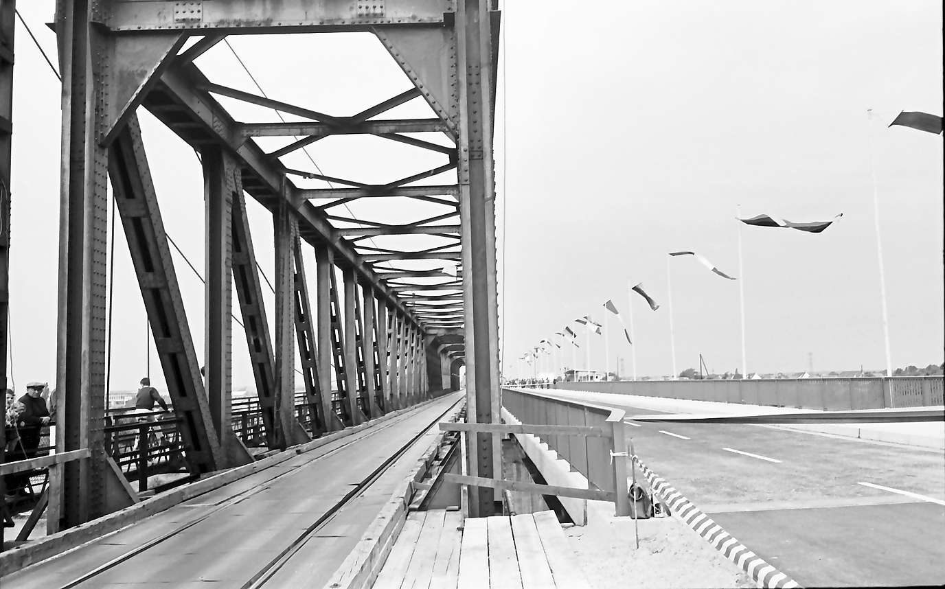Neuenburg-Chalampé: Einweihung der Brücke Neuenburg-Chalampé; neue Straßenbrücke Neuenburg-Chalampé mit Eisenbahngleis, Bild 1