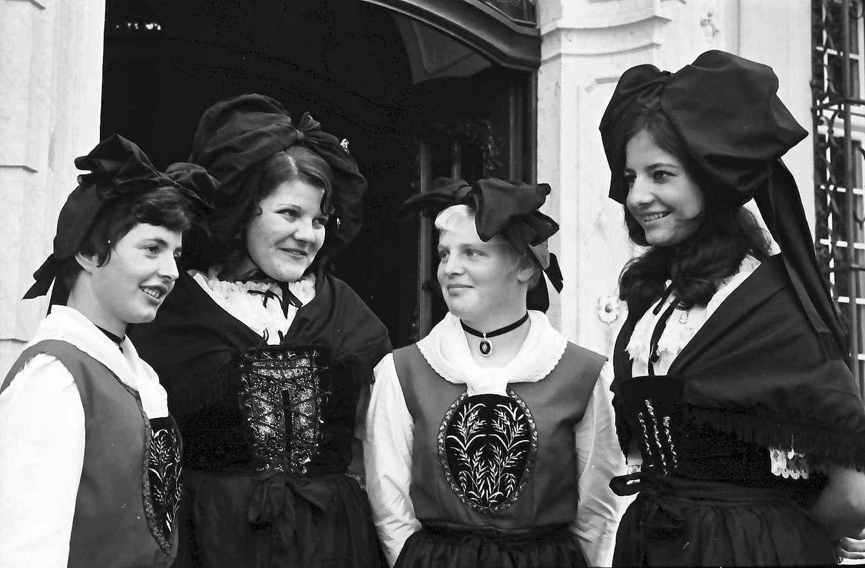 Schliengen: Schloss Bürgeln; Tagung des Präfekten des Elsass und südbadischer Landräte; Lörracher Vrenelis und Elsässer Trachtenmaidli, Bild 1