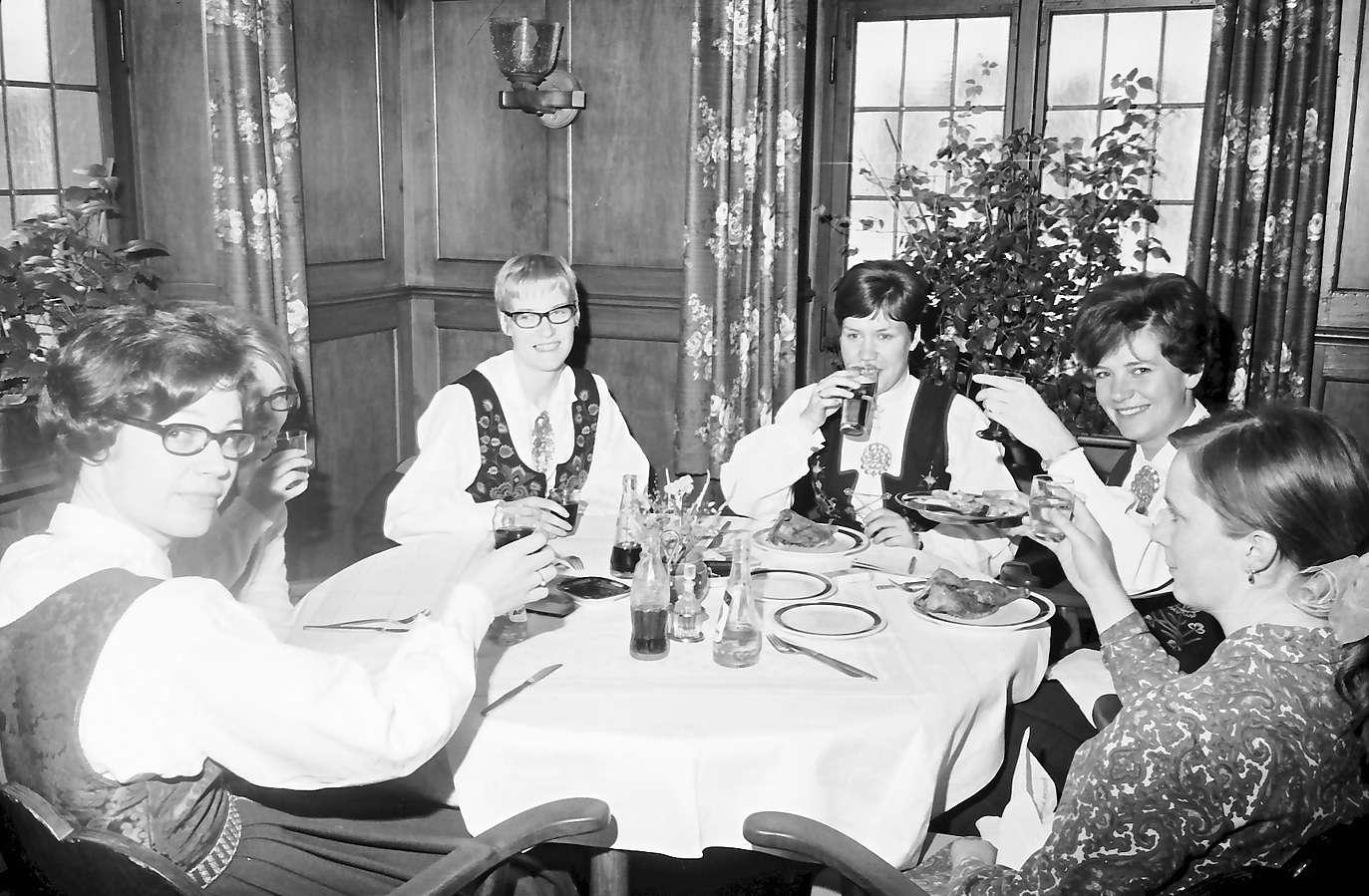 Staufen: Gruppe bei Tisch, Kreuz-Post, Bild 1