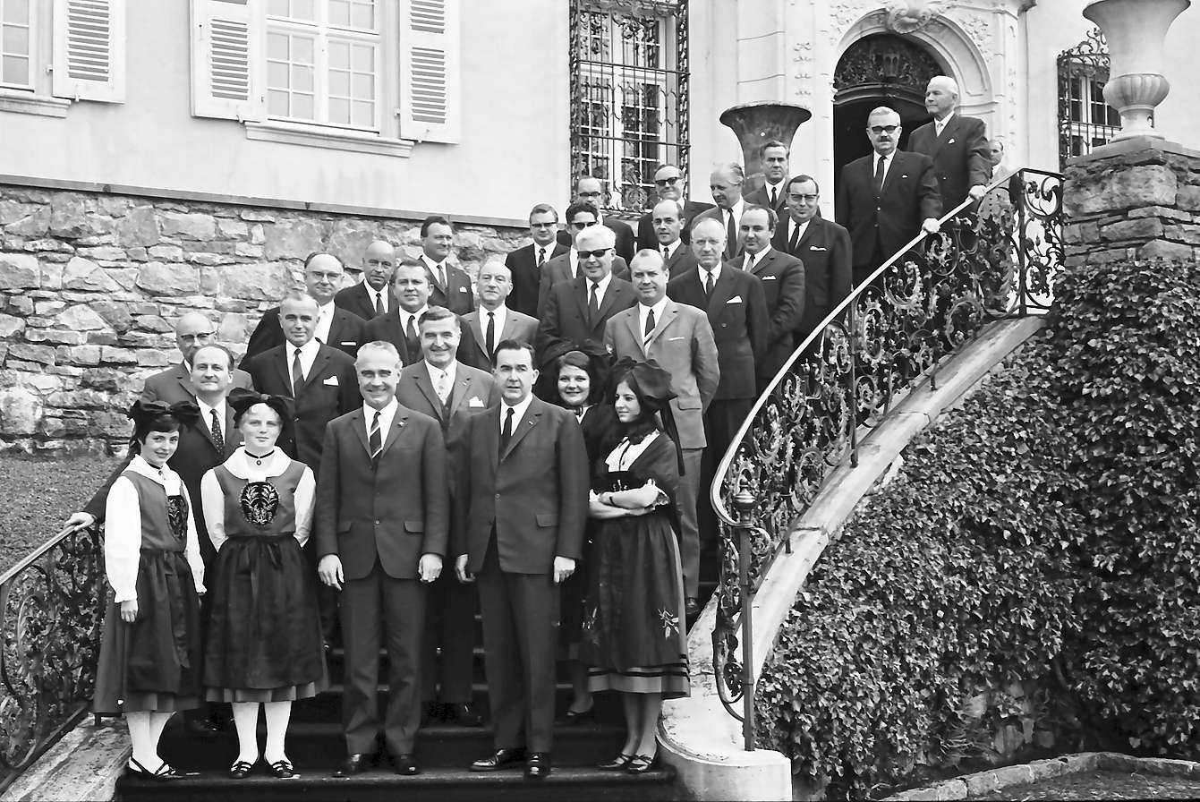 Schliengen: Schloss Bürgeln; Tagung des Präfekten des Elsass und südbadischer Landräte; Gruppe auf der Treppe, Bild 1