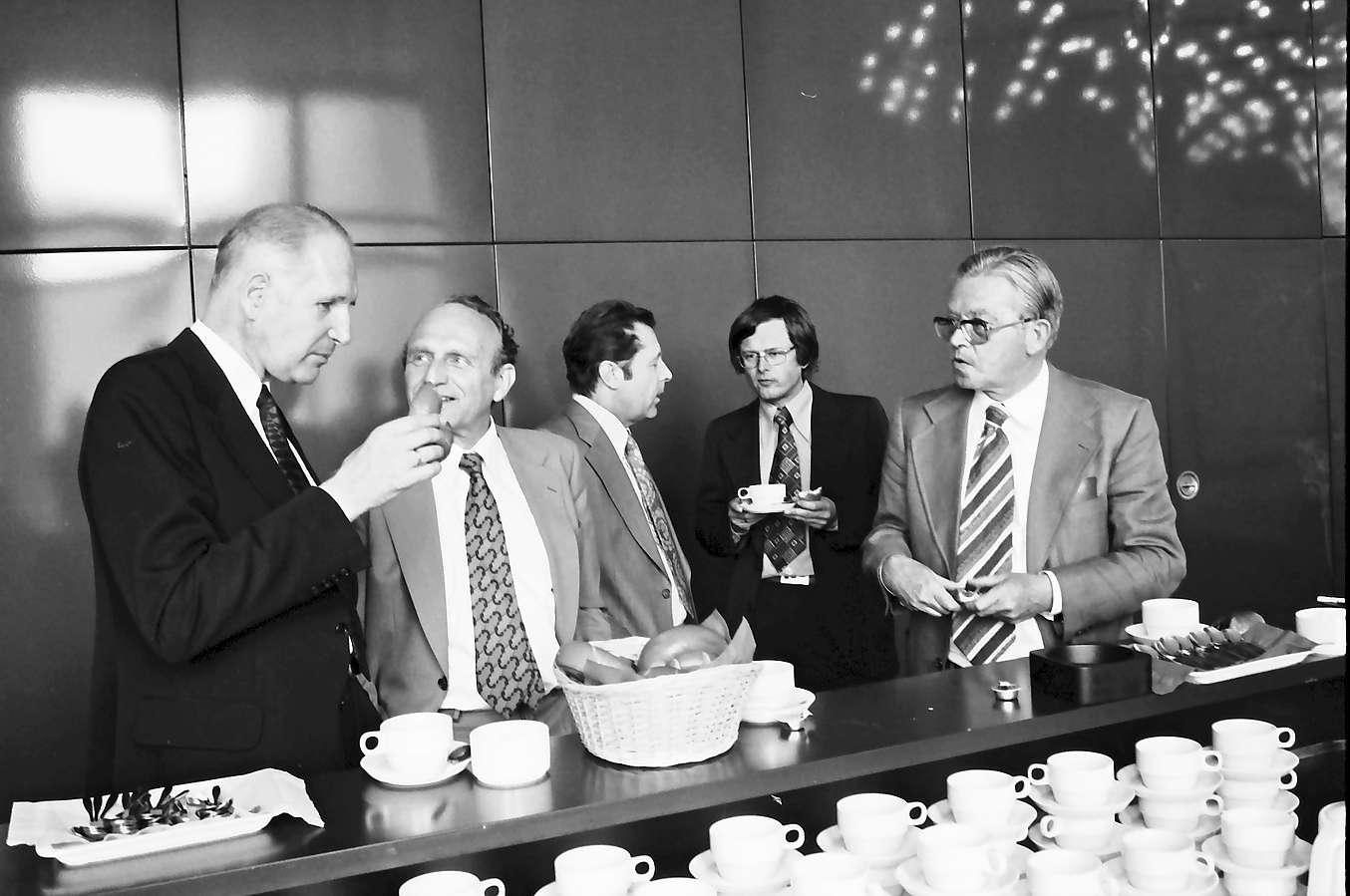Lörrach: Neues Rathaus; Regio Conférence Tripartite; Teilnehmer der Konferenz an der Kaffeetheke, Bild 1