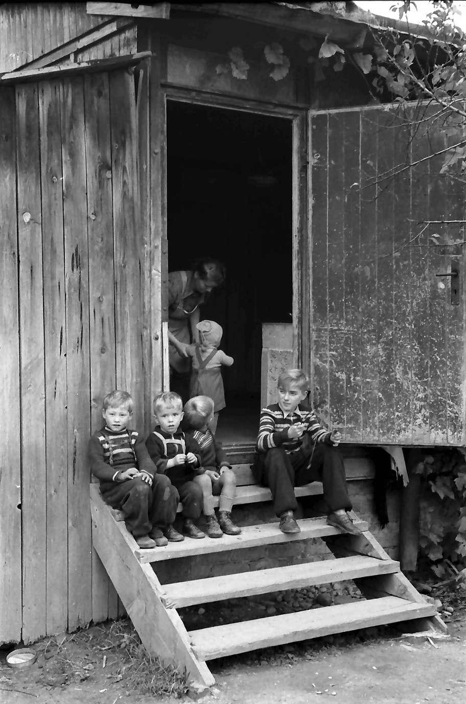 Neuenburg: Kinder in Barackentür, Bild 1