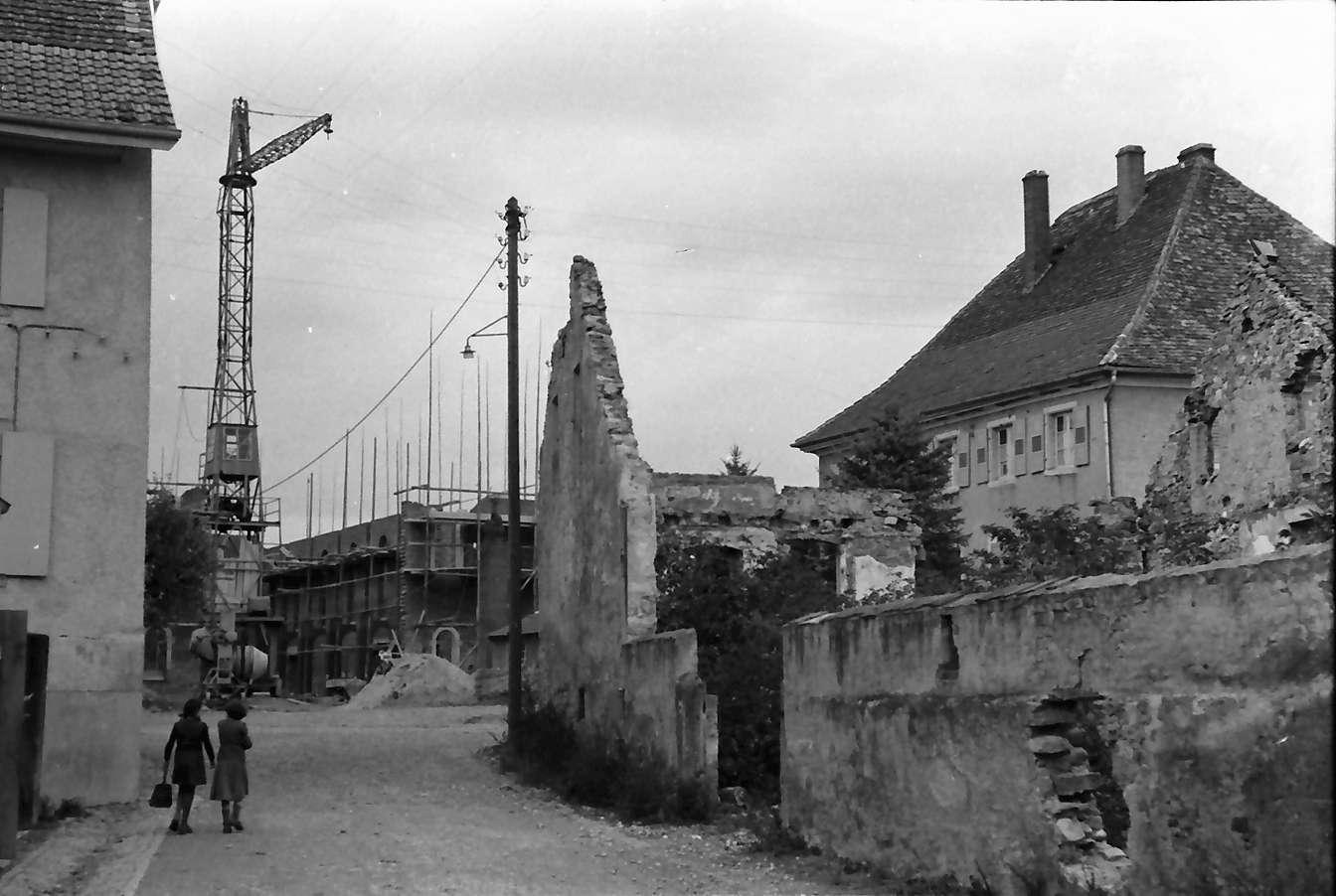 Neuenburg: Straße am Rathaus mit Kirchenbau, Bild 1