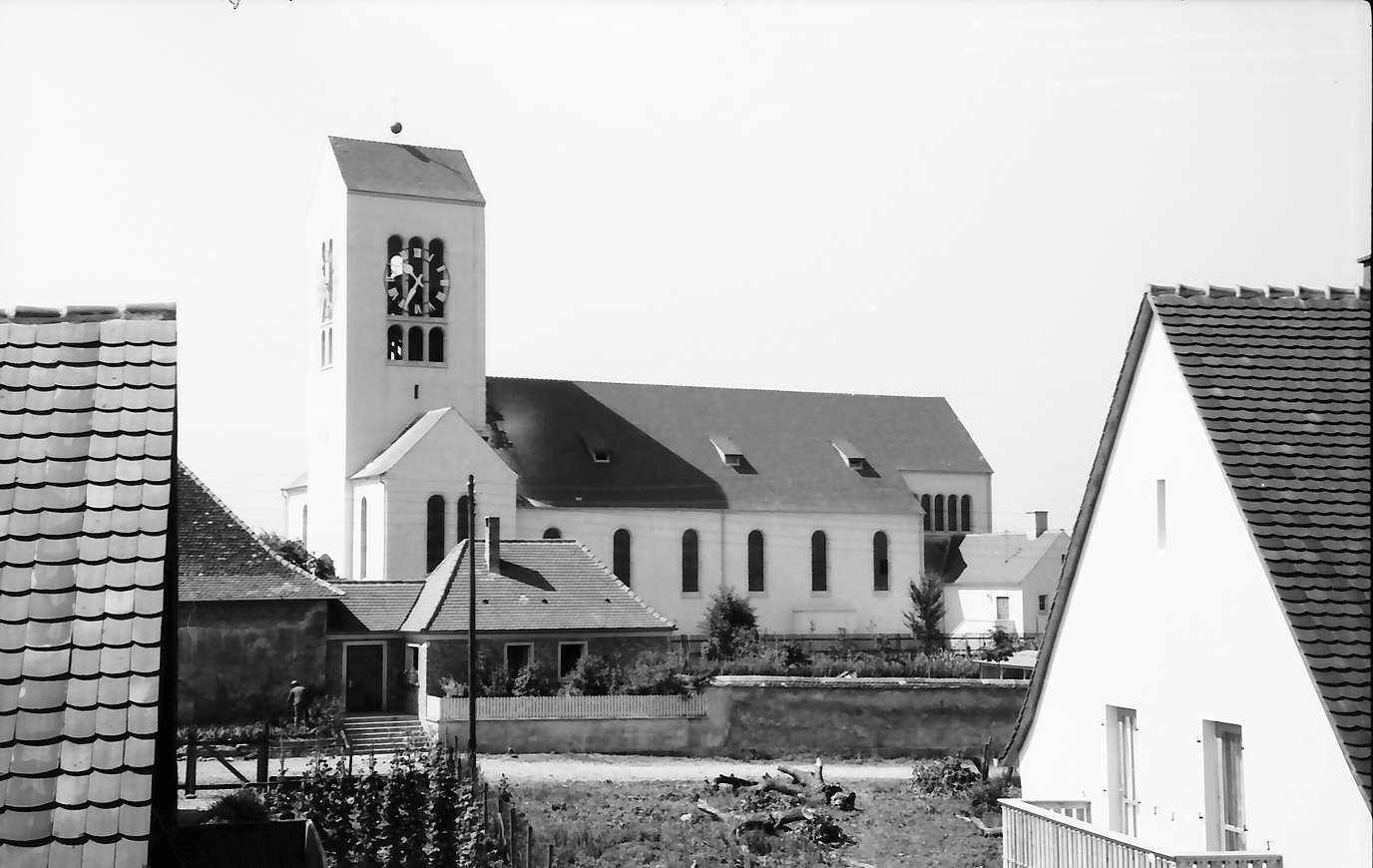 Neuenburg: Kirchturm von Nordost; zwischen Dächern, Bild 1