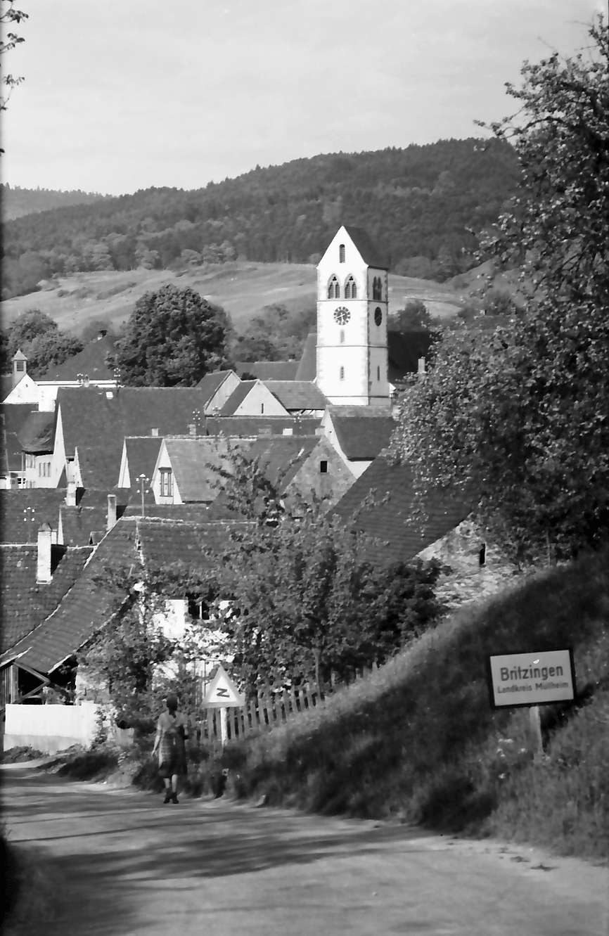 Britzingen: Blick auf die Kirche und Ort, Bild 1