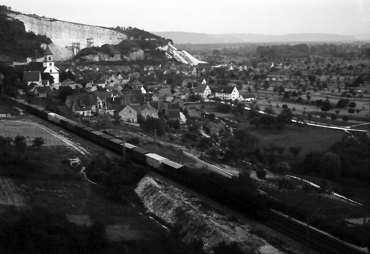 Istein: Blick vom Klotz auf die Bahnstrecke mit Istein; Begegnung mit Rheingold und vier Triebwagen, Bild 1