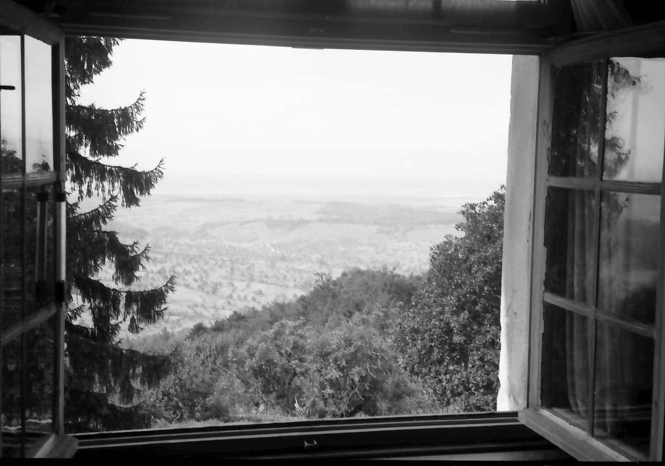 Schliengen: Schloss Bürgeln; Fernblick über das Rheintal, Vordergrund Fensterrahmen, Bild 1