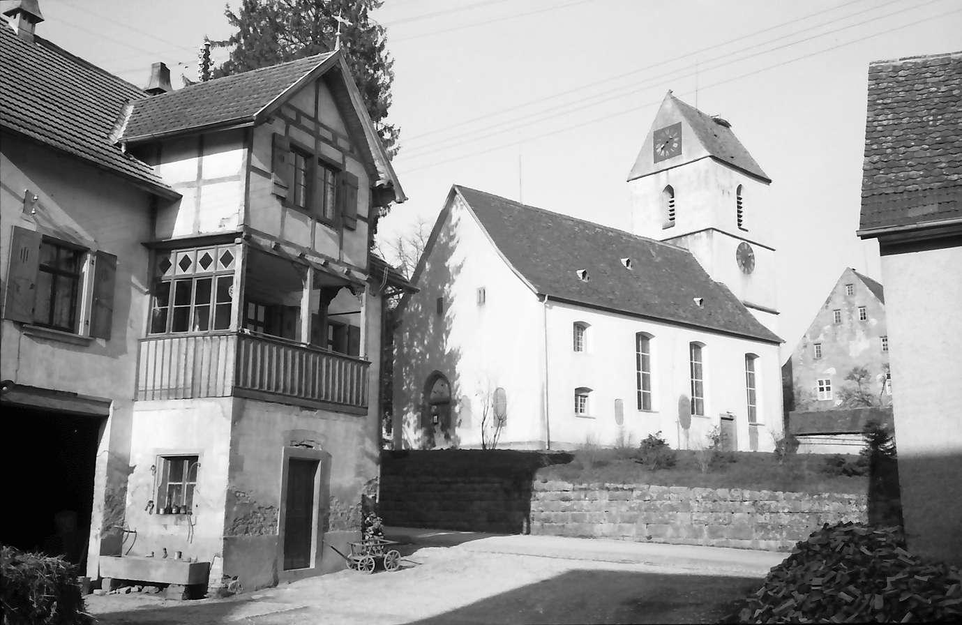 Tannenkirch: Kirche aus einem Hof gesehen, Bild 1