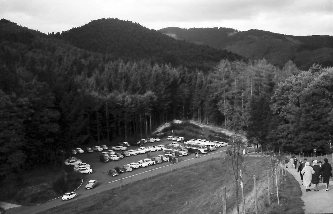 Schliengen: Schloss Bürgeln; Parkplatz von oben, Bild 1