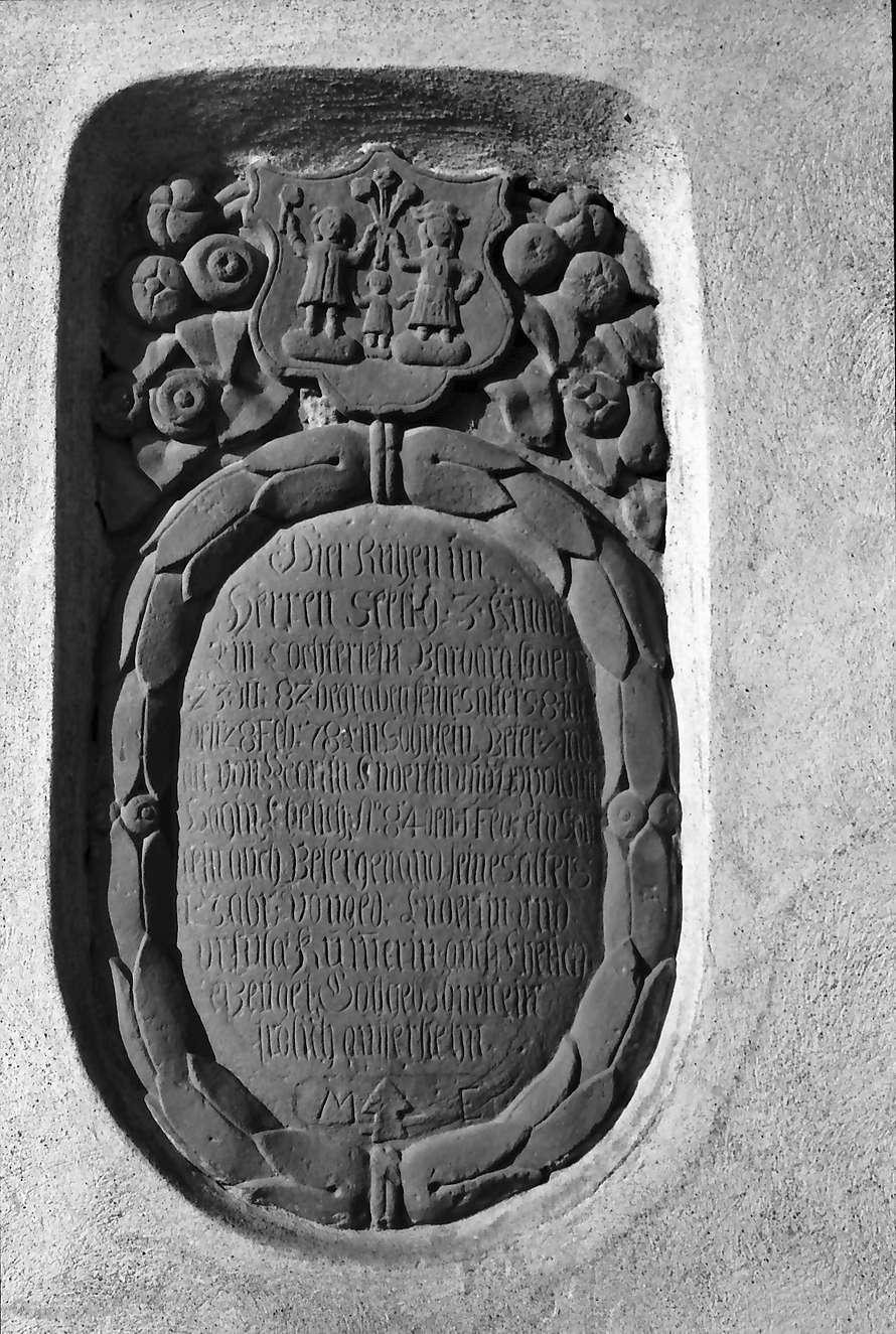 Tannenkirch: alte Grabtafeln an der Kirche, Bild 1