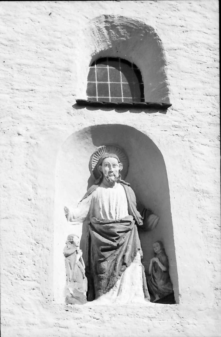 Sulzburg: St. Cyriak; Plastik über dem Eingang, Bild 1