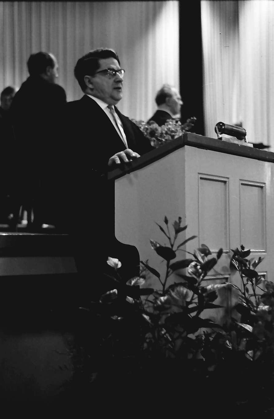 Badenweiler: Kurhaus; Tschechow-Gedenkfeier mit Gedenksteinenthüllung; Festansprache: Prof. Dr. Rammelmeyer, Frankfurt, Bild 1