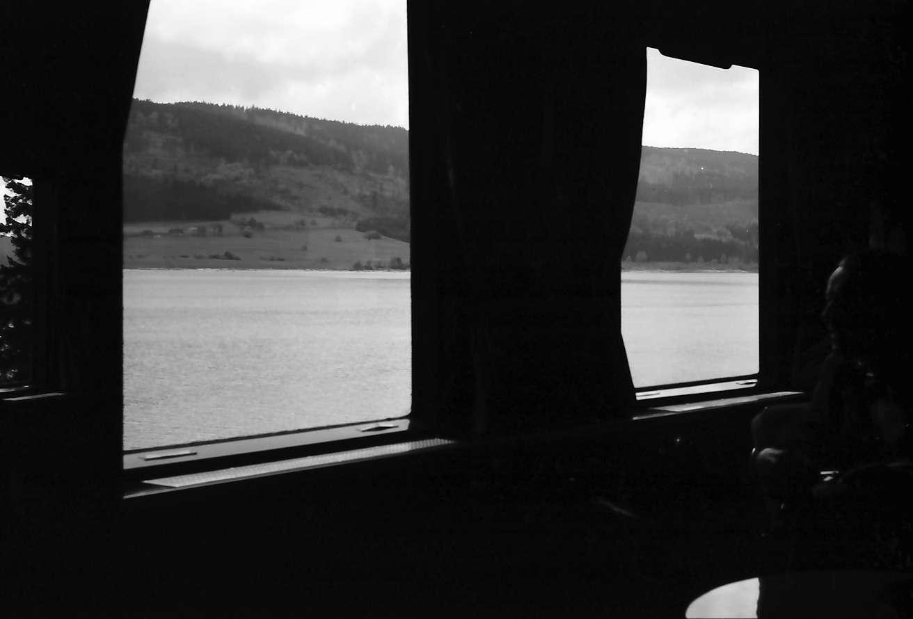 Schluchsee: Ausblick durchs Fenster des fahrenden Salonwagens auf Schluchsee, Bild 1