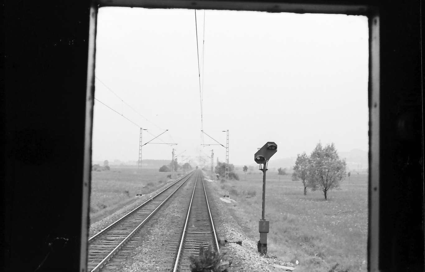 Emmendingen, Lahr: Strecke; Blick aus dem Führerstand der E-Lok; elektrisches Vorsignal, Bild 1