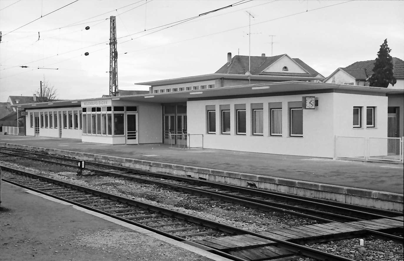 Neuenburg: der neue Bahnhof, Bahnseite, Bild 1