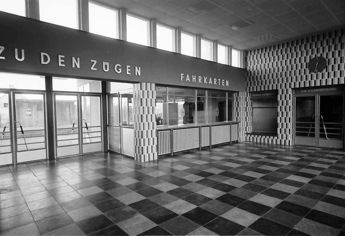 Neuenburg: der neue Bahnhof, Empfangshalle innen, Bild 1