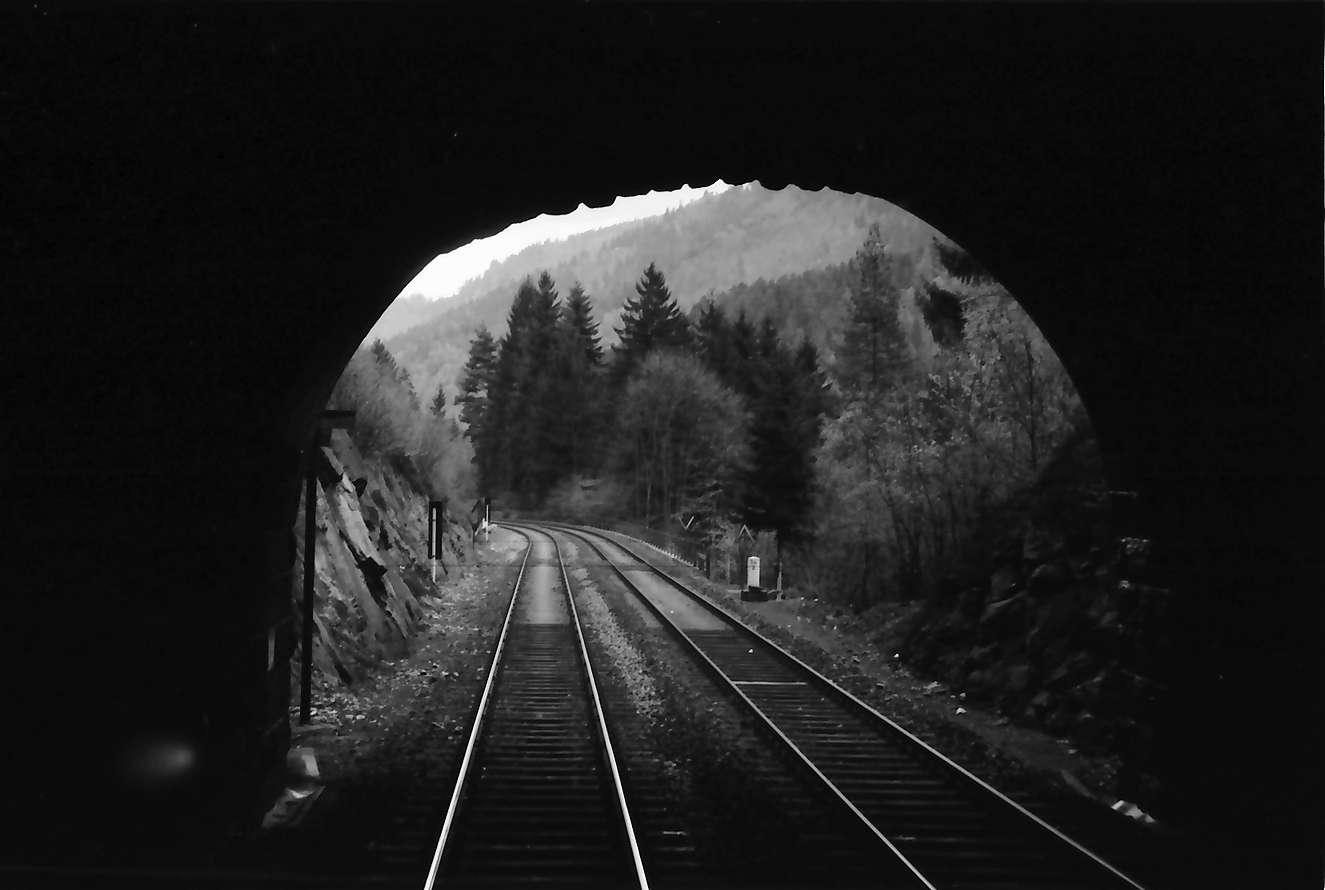 Triberg: Strecke aus Tunnel gesehen bei Triberg [wohl aus dem Forellen-Tunnel heraus], Bild 1