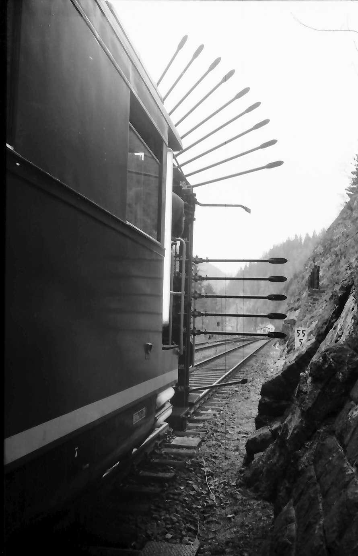 Triberg: Abtaststangen des Messwagens im Tunnel, Bild 1