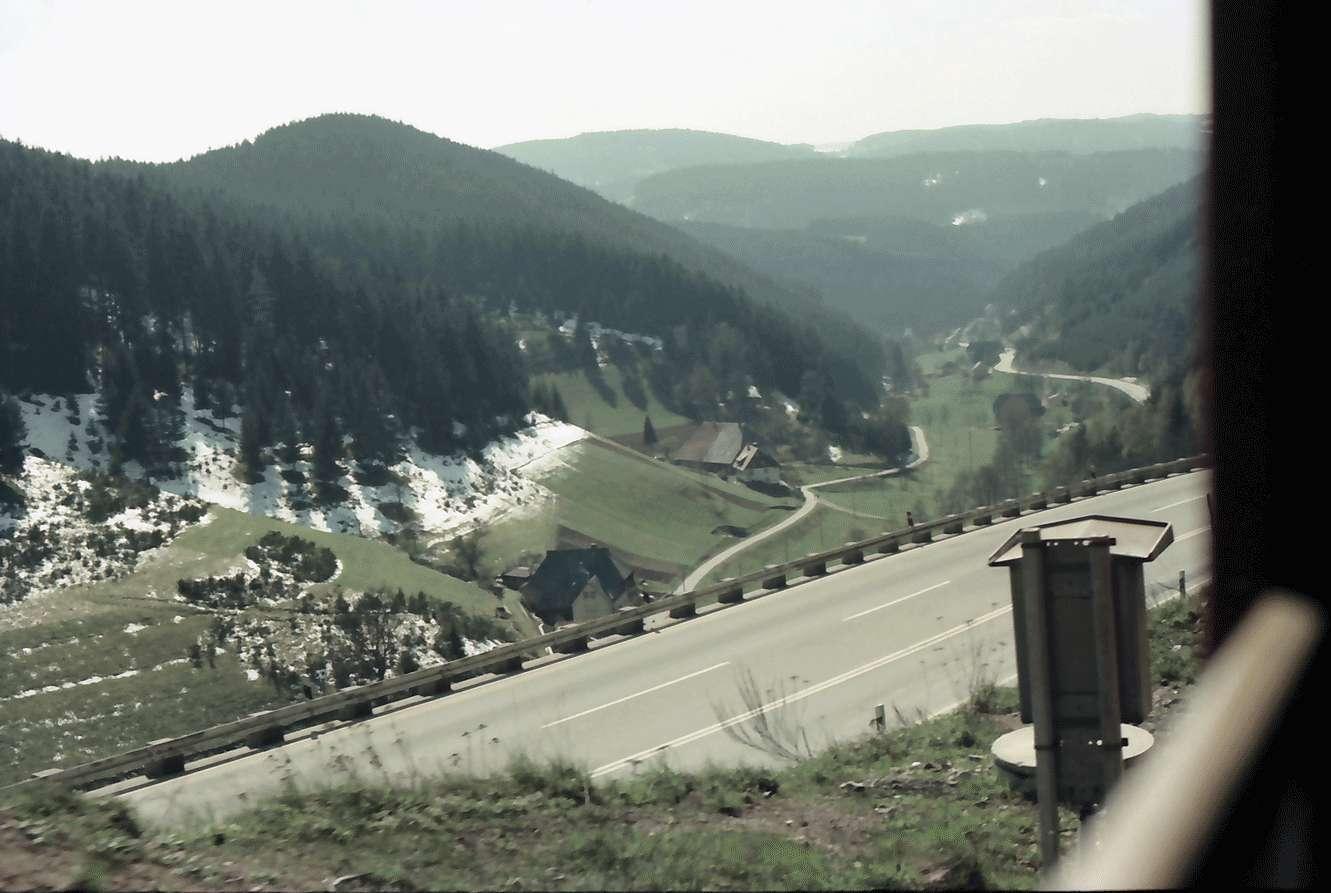 Nussbach: Von der oberen Schwarzwaldbahn auf B 33; Vordergrund Straße; Hänge mit Schneeresten, Bild 1