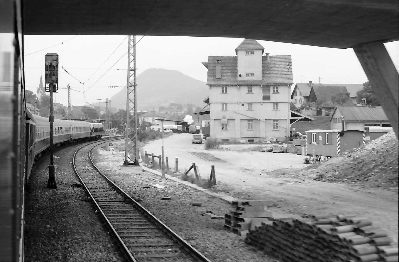 Engen: Einfahrt mit Zug in Bahnhof, Bild 1