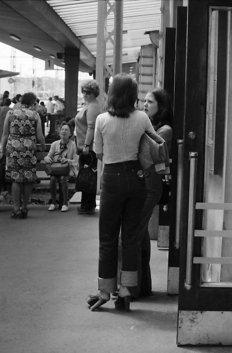Singen: zwei wartende Mädchen am Bahnsteig, Bild 1