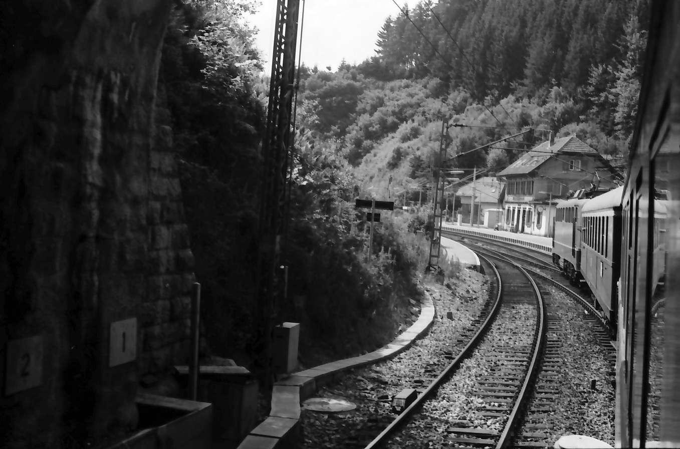 Nussbach; Hornberg: aus dem Zug: Schwarzwaldbahnstrecke zwischen Nussbach und Hornberg [wohl am alten Bahnhof Nussbach], Bild 1