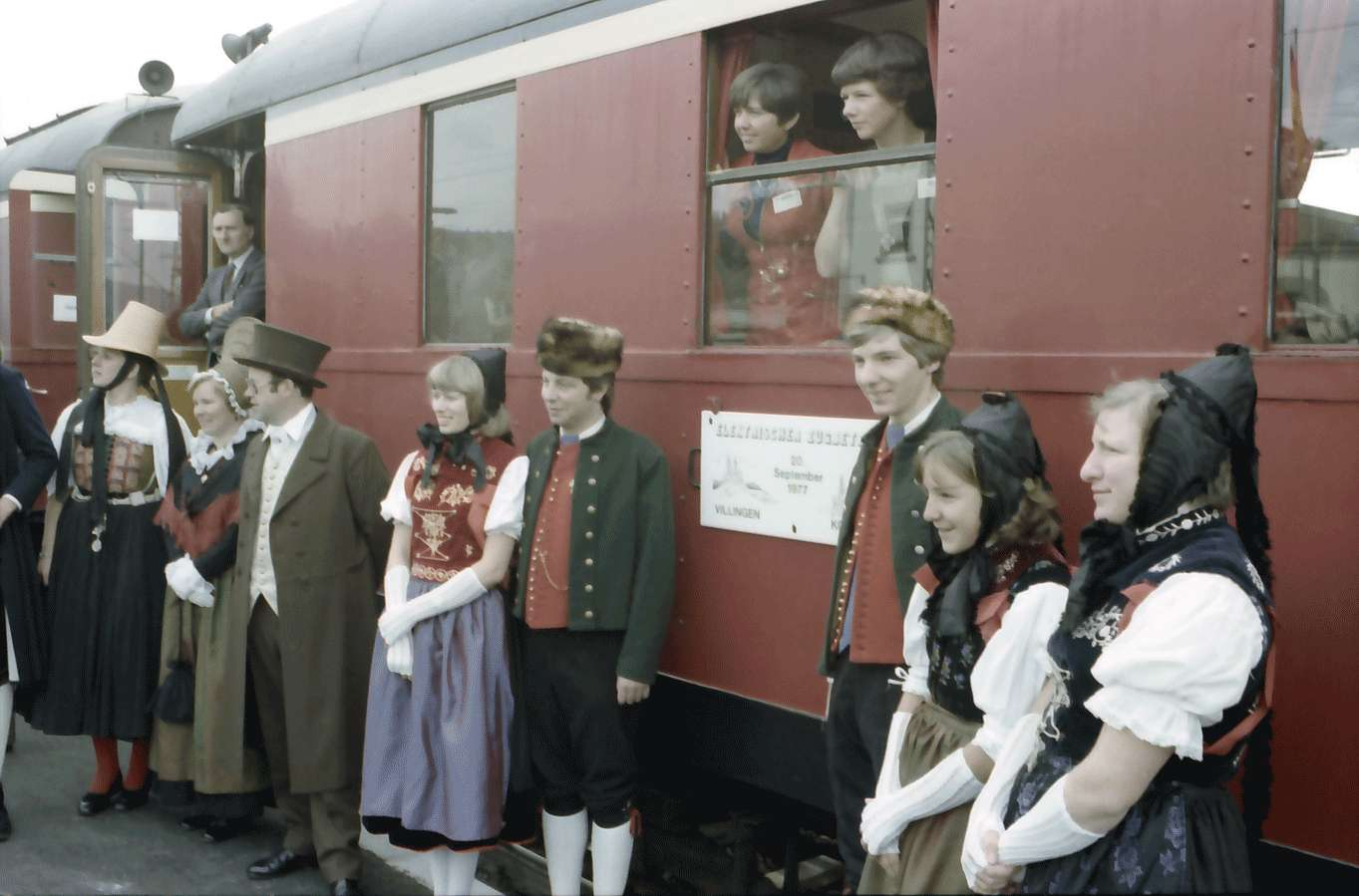 Immendingen: Trachtengruppe vor Zug, Bild 1