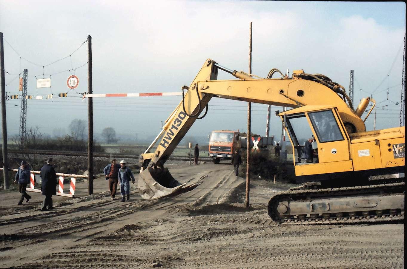 Kenzingen: gelber Bagger an der Baustelle, Bild 1
