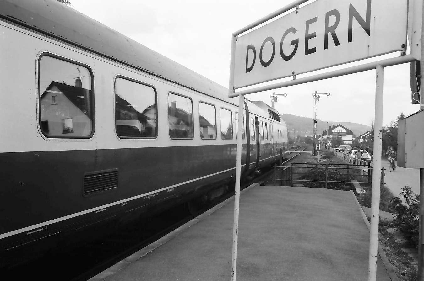 Dogern: Zug im Bahnhof mit Schild, Bild 1