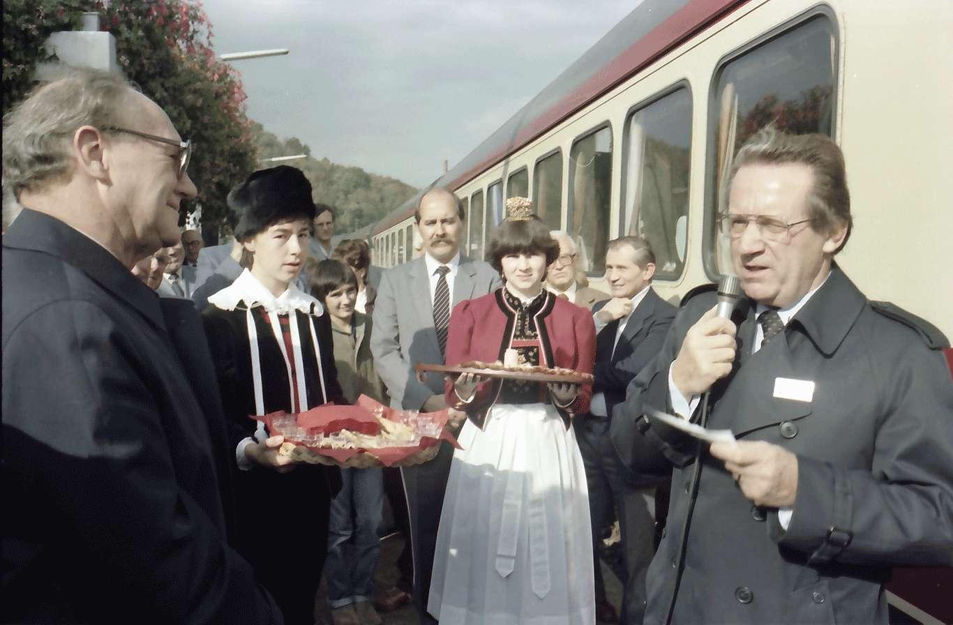 Bad Säckingen: Begrüßung (Bubel) auf dem Bahnhof; mit Hauenstein Trachten, Bild 1