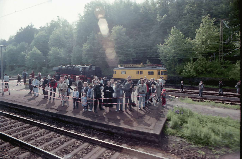 Freiburg: in Erwartung des historischen Zuges; Publikum auf dem Wiehrebahnhof, Bild 1