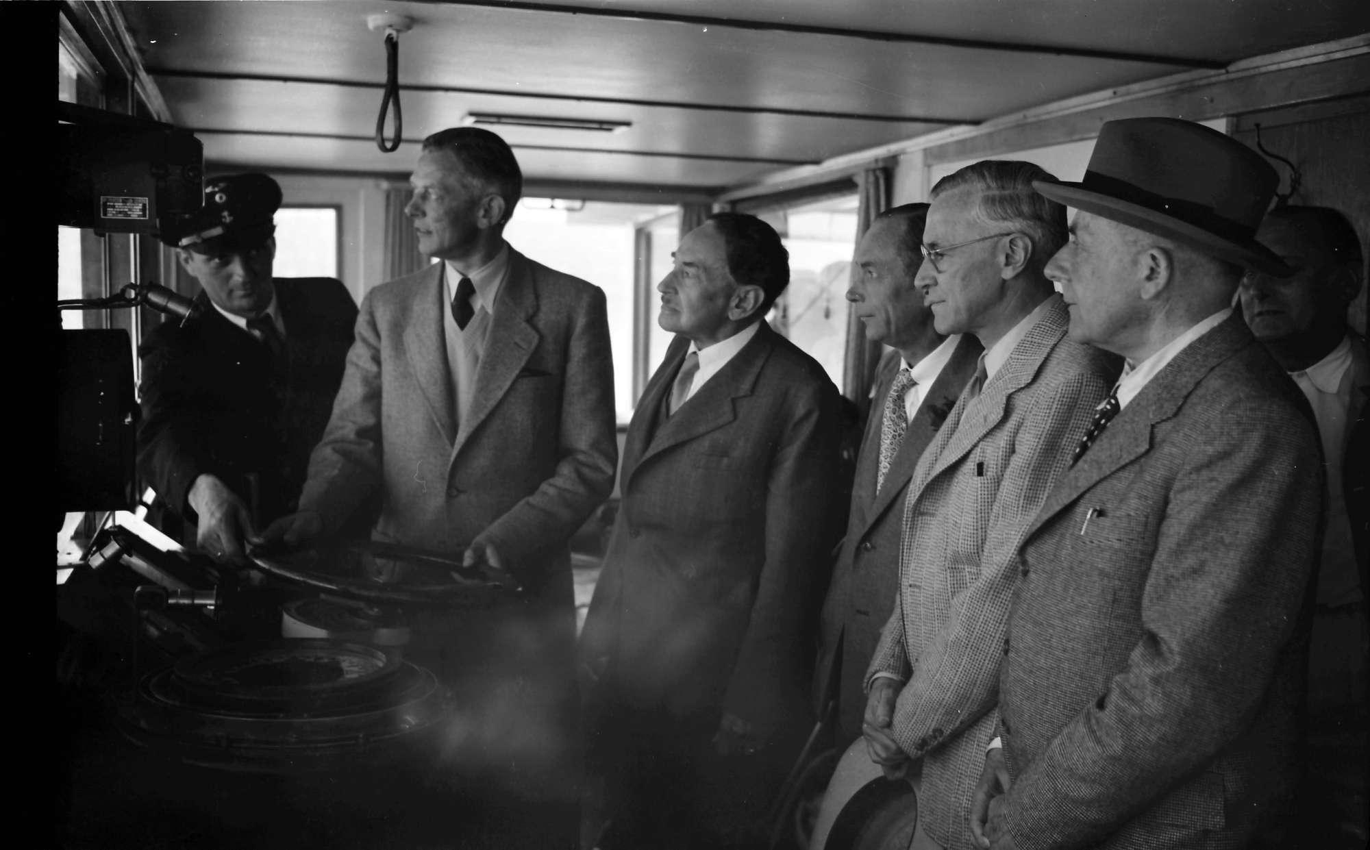 Schiffahrt zur Insel Mainau: Kommandobrücke; Adolf Butenandt, Hans v. Euler-Chelpin, Henrik Dam, William P. Murphy, Otto H. Warburg, Bild 1