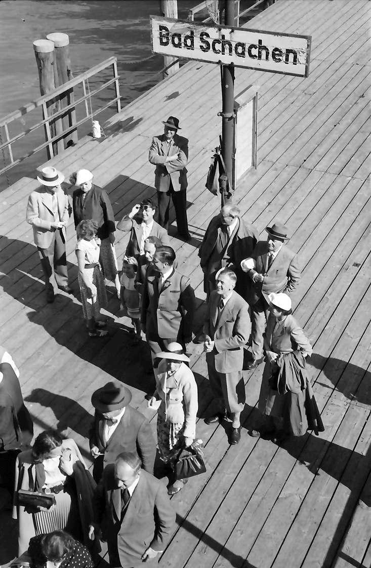 Schiffahrt zur Insel Mainau: Landungssteg Bad Schachen mit Ehepaar Murphy links hinten, Ehepaar Butenandt Mitte rechts, dahinter Otto H. Warburg, Bild 1