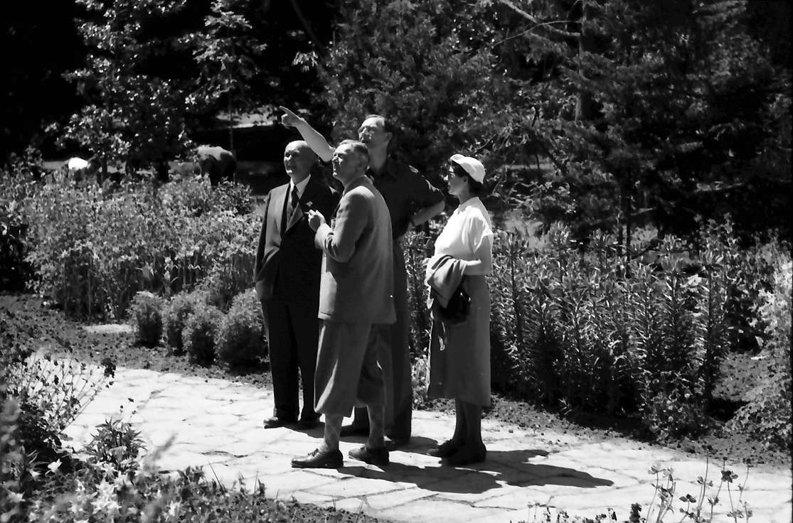 Insel Mainau: Aufnahmeapparat: Gerhard Domagk, Adolf Butenandt, Graf Lennart Bernadotte, Frau Butenandt, Bild 1