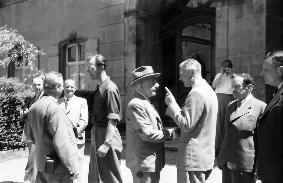Insel Mainau: Gruppen bei der Verabschiedung: (unscharf) im Zentrum Graf Lennart Bernadotte; Otto H. Warburg und Adolf Butenandt sich verabschiedend, rechts Hans v. Euler-Chelpin, Paul H. Müller, Bild 1