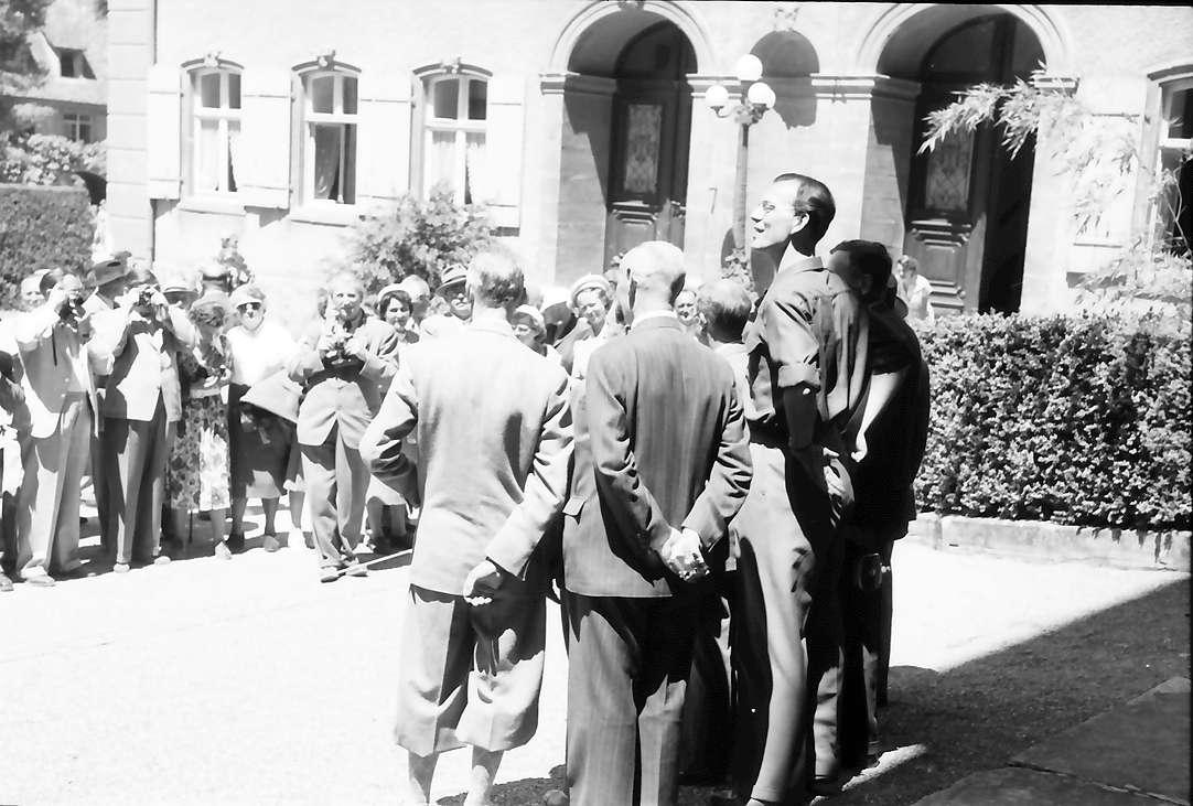 Insel Mainau: Gruppe der 7 Nobelpreisträger vor dem Schloss; Die Gruppe der Preisträger in Rückansicht, davor in einiger Entfernung das Publikum, fotografierend, Bild 1