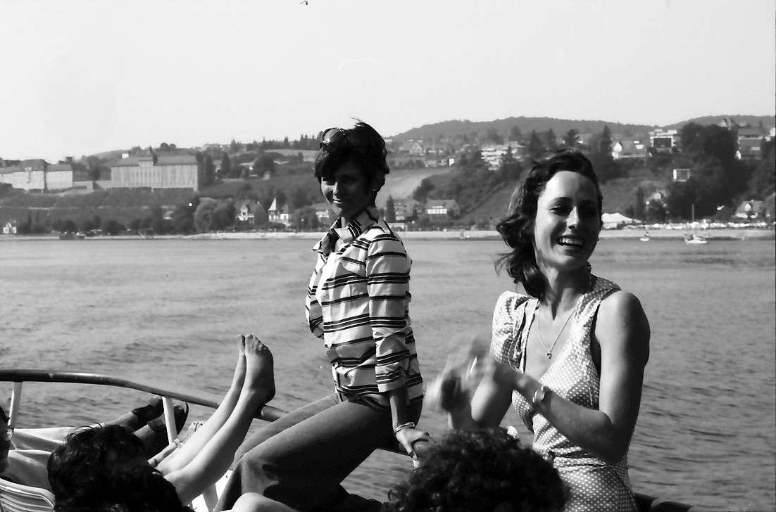 26. Tagung 1976 Physiker; Aufbruch zur Mainau: Sich Sonnende auf Deck, Bild 1