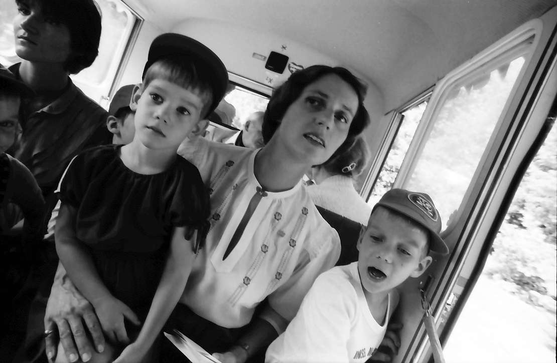 32. Tagung 1982 Physiker; Mainau: Gräfin Sonja Bernadotte mit drei Kindern in der Bahn, Bild 1