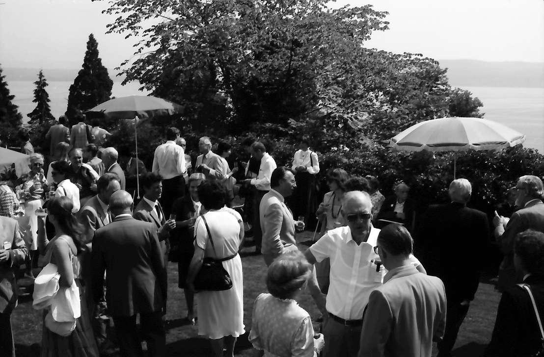 32. Tagung 1982 Physiker; Mainau: Empfang auf der Schlossterrasse: vorn Ehepaar Dées de Sterio mit Graf Lennart Bernadotte, Bild 1