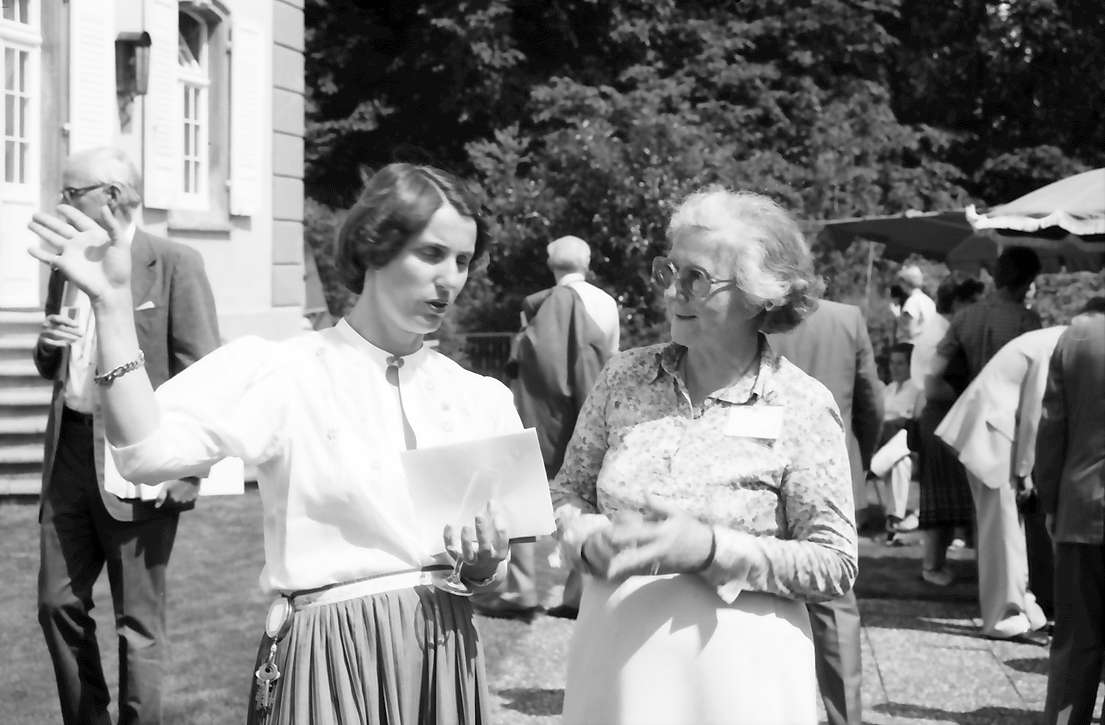 32. Tagung 1982 Physiker; Mainau: Gräfin Sonja Bernadotte mit Frau Nagel, Bild 1