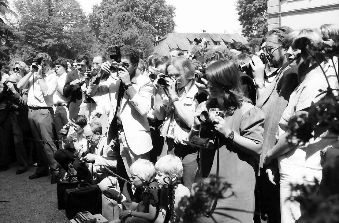 32. Tagung 1982 Physiker; Mainau: Fotografierendes Publikum bei der Verabschiedung, Bild 1